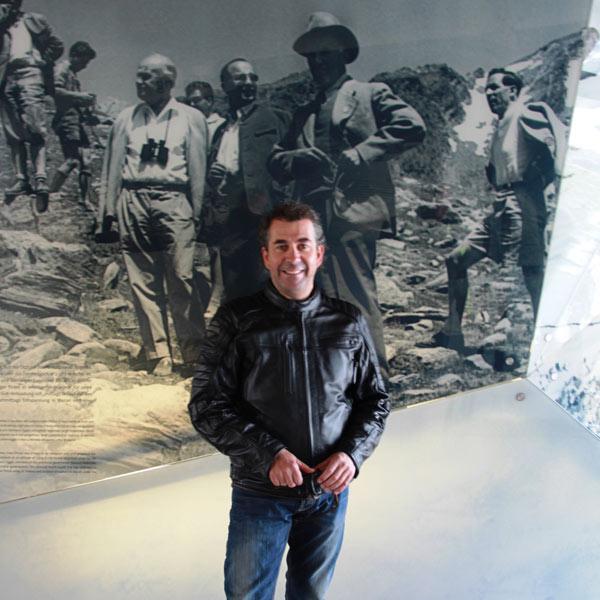 Attila Scheiber vor dem Foto seines Vaters - Obergurgl-Hochgurgl, Tirol