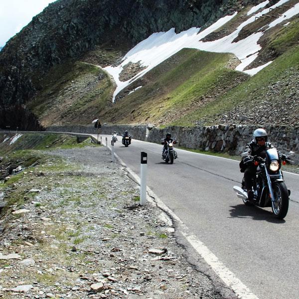 chinesische Biker auf dem Weg zum Top Mountain Motorcycle Museum