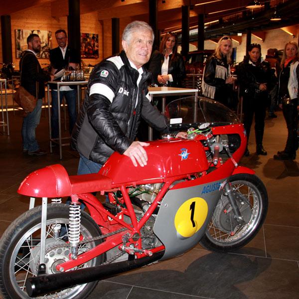Giacomo Augistini neben seiner Siegermaschine Augusta