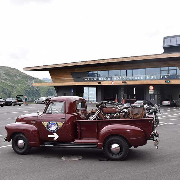 Oldtimer vor dem Museum weist den Weg - Top Mountain Crosspoint Obergurgl-Hochgurgl