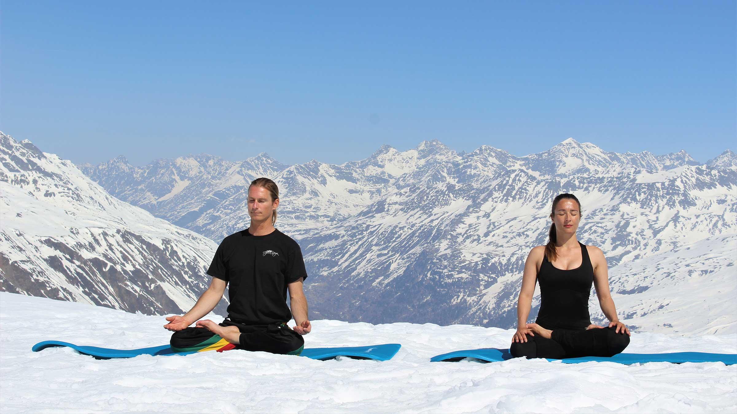 Schneidersitz vor Berglandschaft - Alpine Yoga mit Apura Yoga in Obergurgl