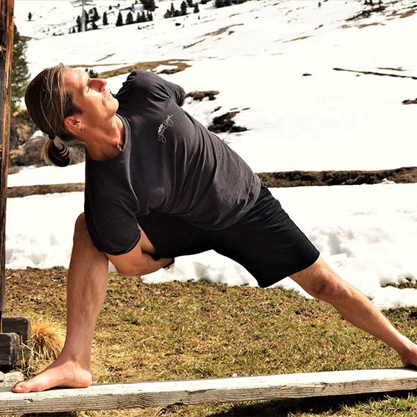 Yoga vor Stadel - Alpine Yoga mit Apura Yoga in Obergurgl