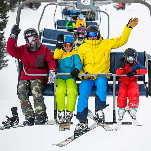 Kids mit Trainern am Sessellift - SNOWHOW Kids Day