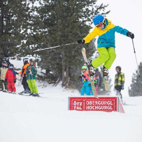 Kind springt von Box - SNOWHOW Kids Day