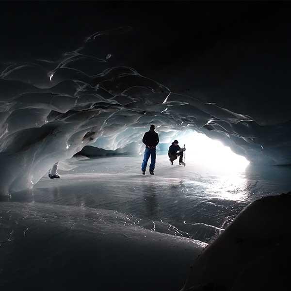 Personen in Eishöhle - Tourentipp Ausflug Eishöhle