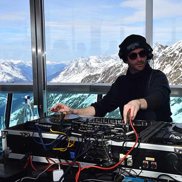 DJ an den Reglern - Party im Skigebiet