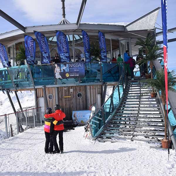 Top Mountain Star mit Palmen und Fahnen - Party im Skigebiet