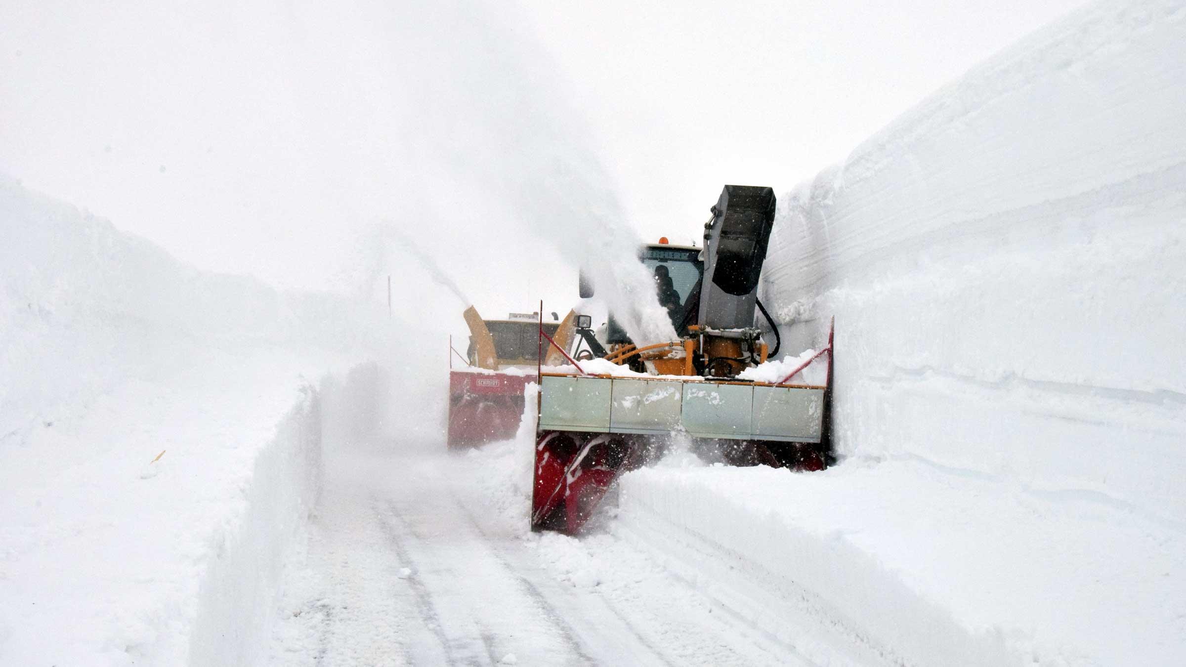 4 Männer, 3 Maschinen & eine unberechenbare Passstraße: Die Schneeräumer vom Timmelsjoch (gekürzt)