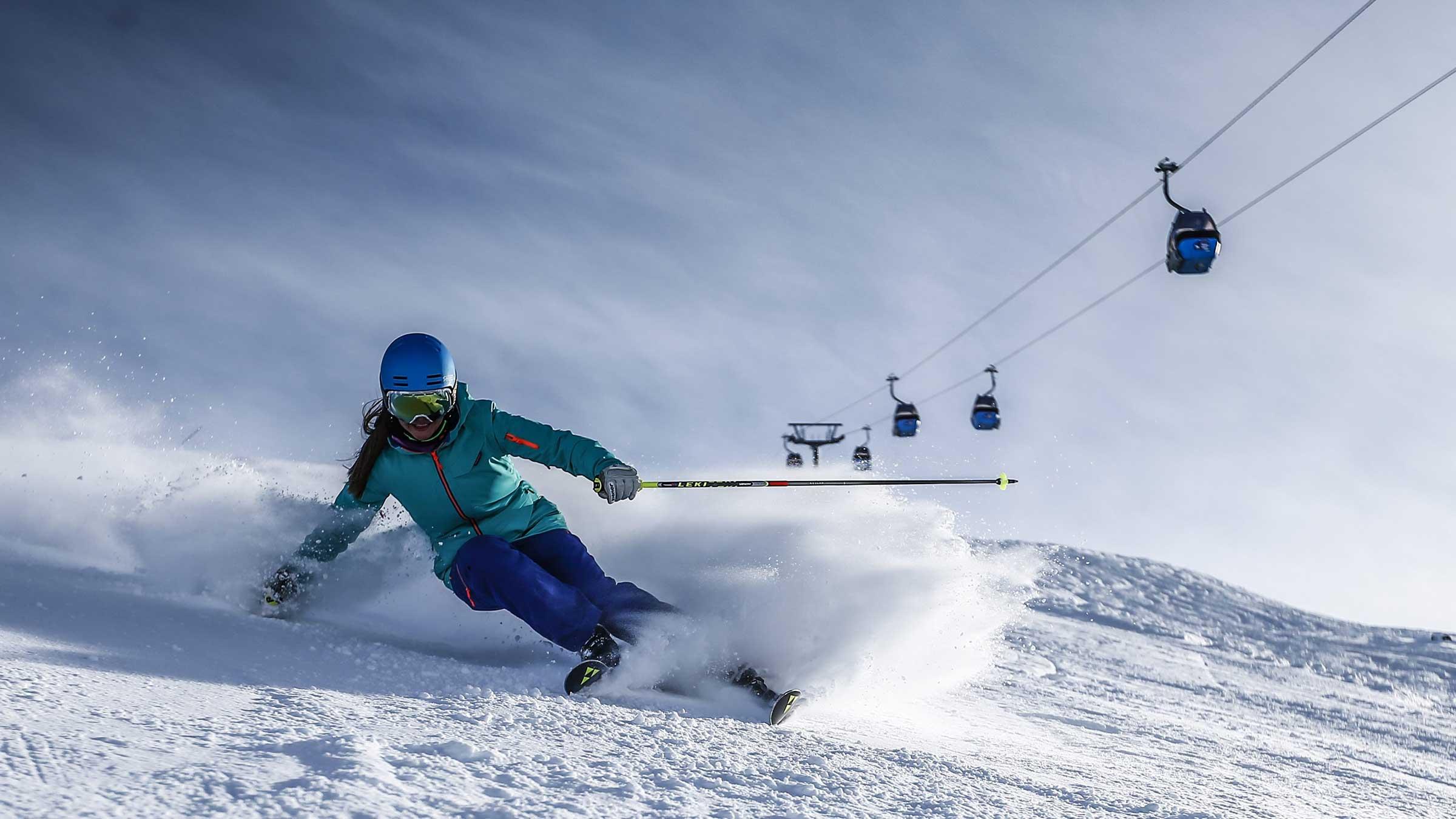 Skifahrerin und Gondel im Hintergrund - Obergurgl-Hochgurgl Rückblick Wintersaison