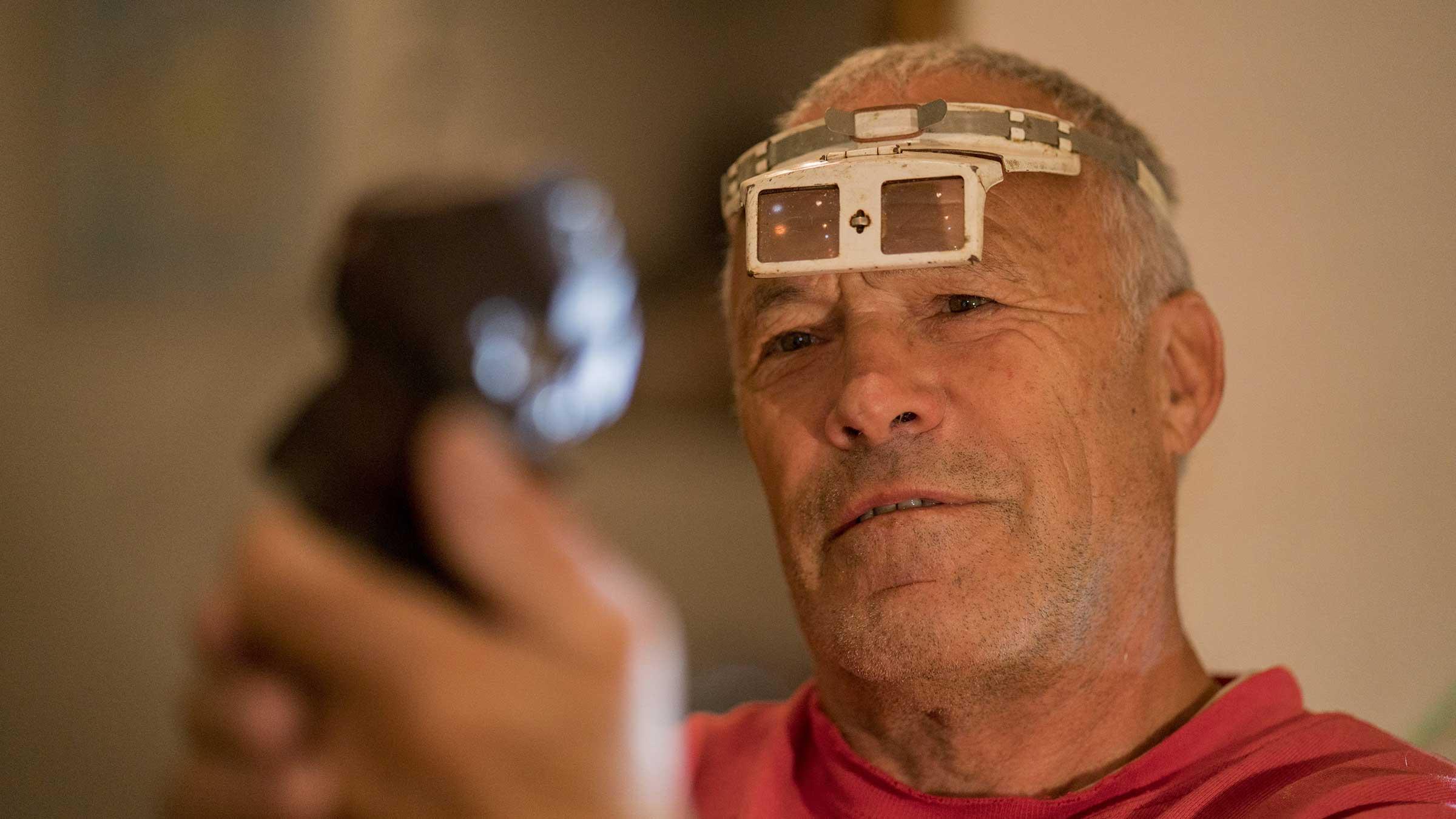 Walter Riml prüft Granaten - Mineraliensuche im Ötztal