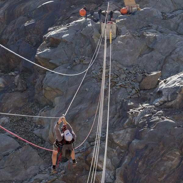 Arbeiter hängt an Seil während Brückenbau - Piccard Hängebrücke Obergurgl-Hochgurgl