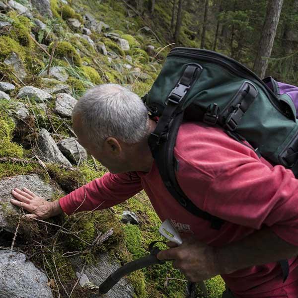 Walter Riml legt Hand auf Stein - Mineraliensuche im Ötztal