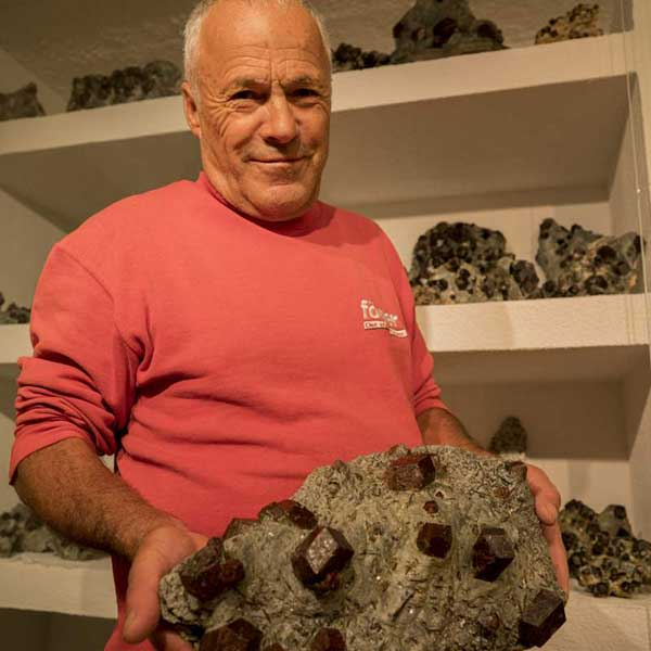 Walter Riml präsentiert Granaten - Mineraliensuche im Ötztal