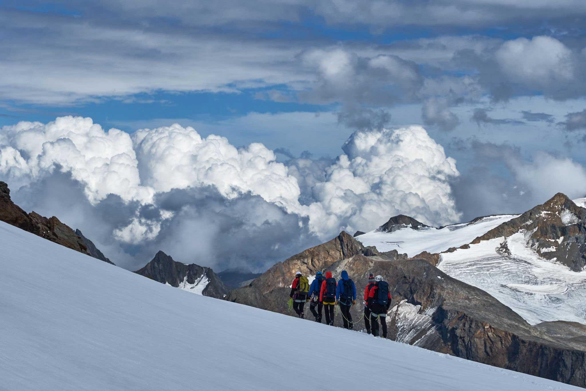 Teilnehmer vor Wolkenkulisse - Salewa GET Vertical Obergurgl-Hochgurgl
