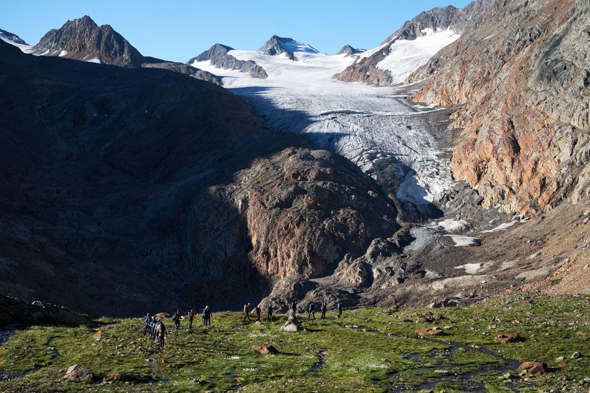 Teilnehmer auf Wiese vor Gletscherzunge - Salewa GET Vertical Obergurgl-Hochgurgl