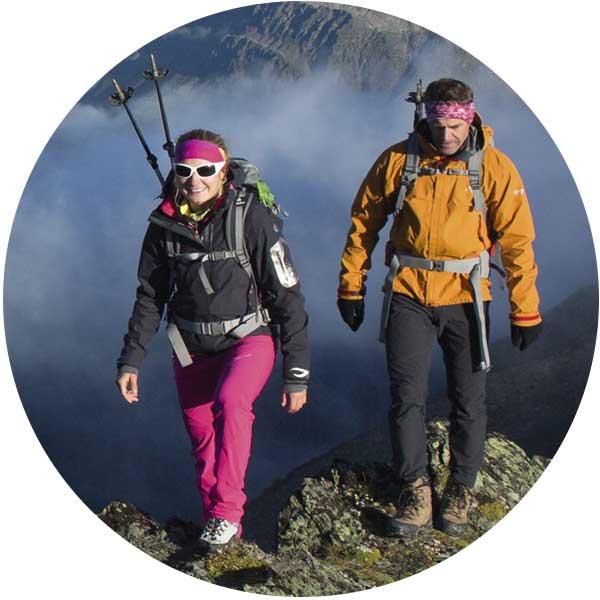 In voller Ausrüstung entlang dem Berggrad - Wanderpackliste
