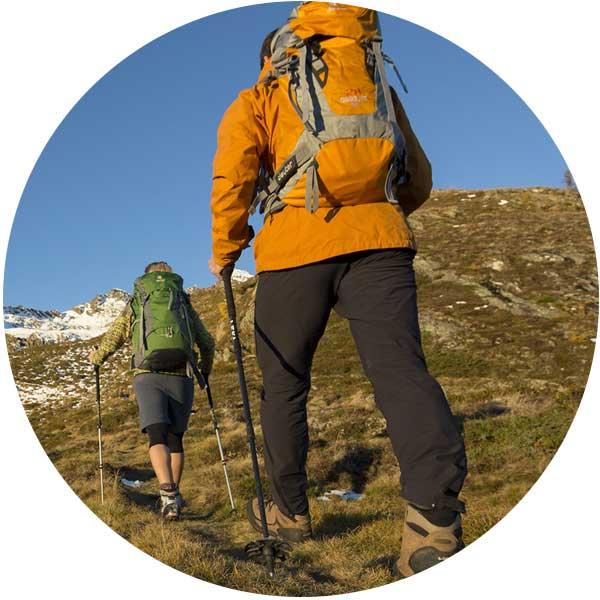 Wanderer mit Rucksäcken - Wanderpackliste