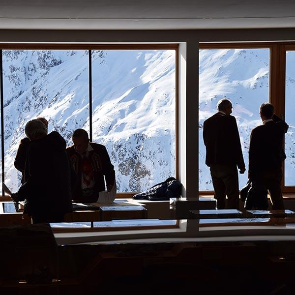 Fensterfront mit Blick auf Bergwelt - Naturpark Ötztal Infopoint Hohe Mut Alm