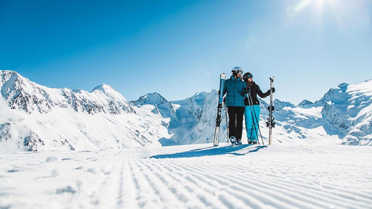 Skifahrer vor Bergkulisse - Firn, Fun & Fire Obergurgl-Hochgurgl