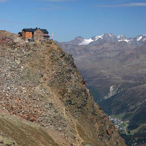 Das Ramolhaus thront über steilem Abgrund - Ötztaler Gletscherflohmarsch