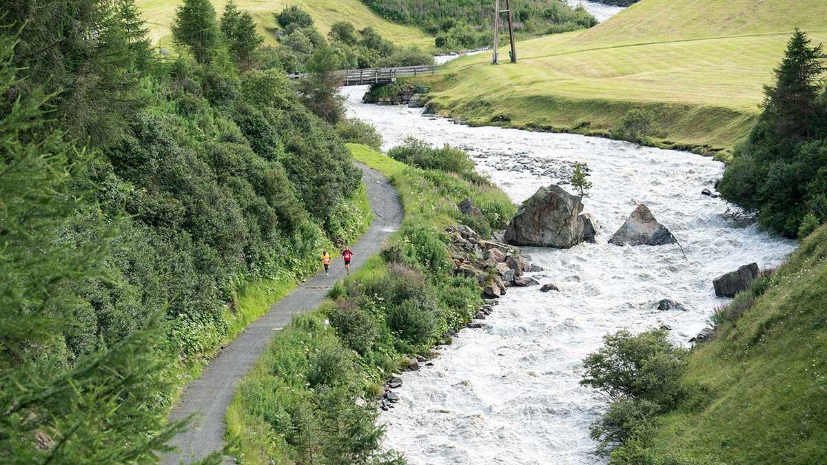 Zwei Trailrunner neben Fluss - Gletscher Trailrun Obergurgl-Hochgurgl
