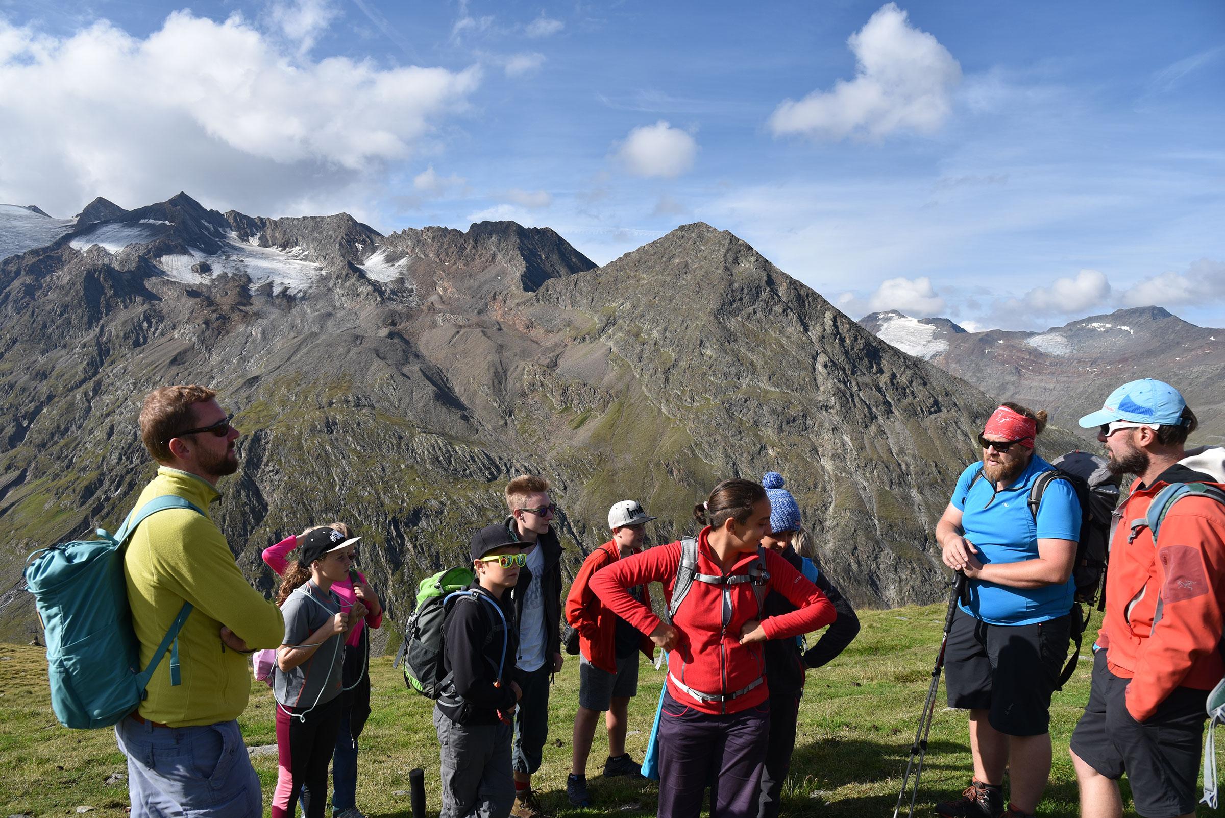 Kinder vor Gletscherzunge - Hochgebirge in Gurgl erforschen